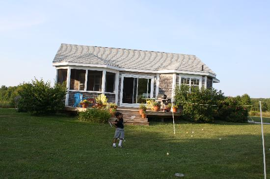 Argyle Shore, Canadá: Playing badminton in the yard