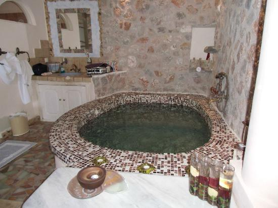 Astarte Suites: Jacuzzi in junor suite