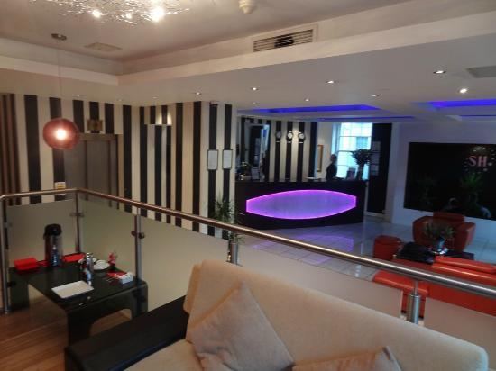 โรงแรมเชฟสเตสบูรี่เมโทรโพลิสลอนดอน ไฮดี้ปาร์ค: Front Desk
