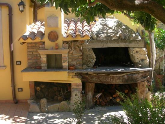 Casa Tipica S'antigu: forno nel giardino