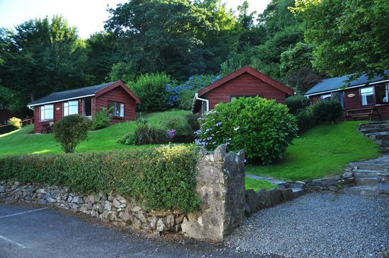 Grattons Cedar Lodges: The hillside setting