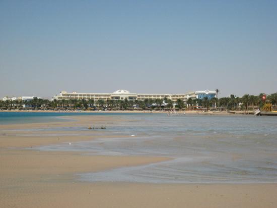 SENTIDO Palm Royale Soma Bay: hotel from sandspit