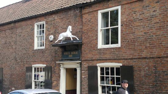 The White Horse Inn: the entrance