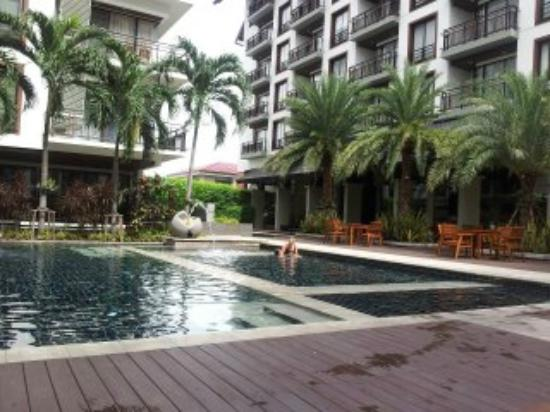 Amanta Hotel and Residence Ratchada: pool towards entrance