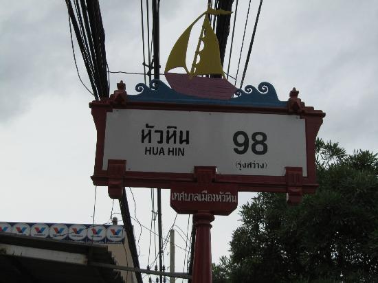 พริ๊นซ์ การ์เด้น วิลล่า: soi 98, nice streetsigns
