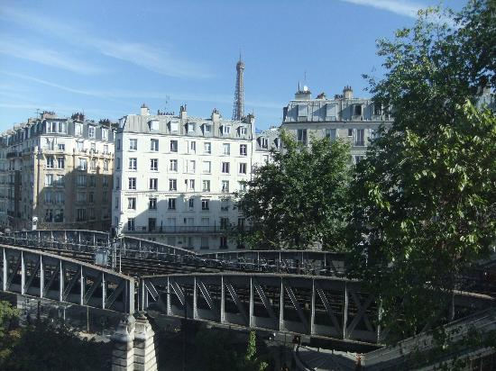 Mercure Paris Tour Eiffel Grenelle Hotel: The view from our bedroom window