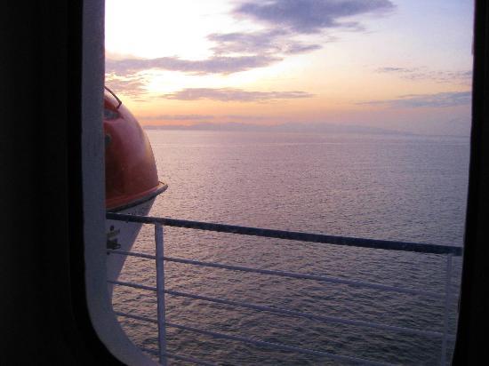 Baja Ferries: Vista de un hermoso amanecer, desde el camarote.