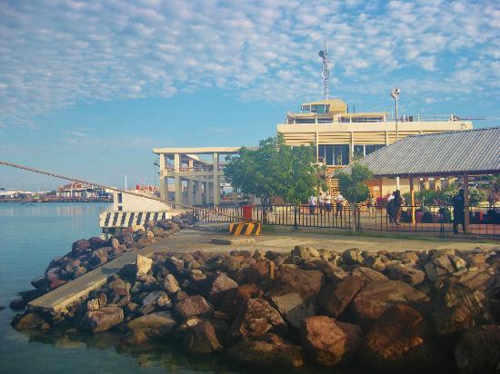 Baja Ferries: Arribo del ferri al puerto de La Paz.