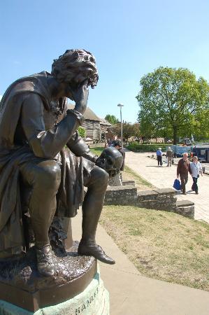 The Gower Memorial: ハムレット、道化師のシャレコウベに語りかける?