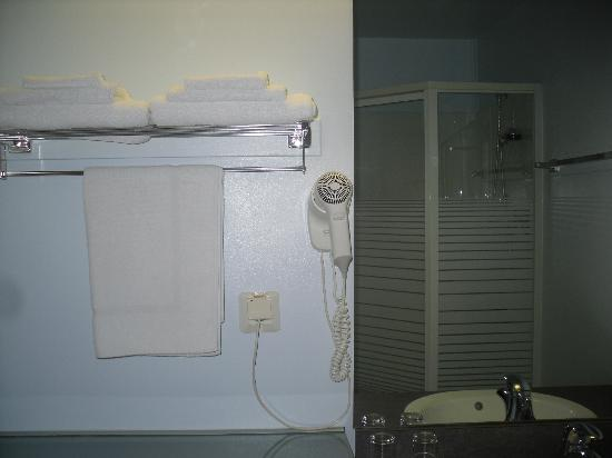 Best Western Airport Hotel Mara: Shower Room