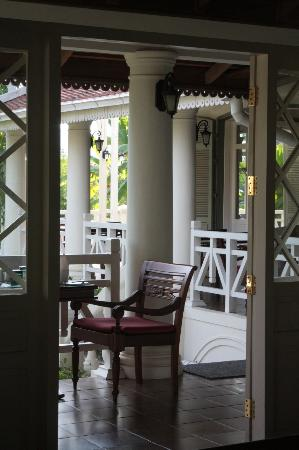 The Luang Say Residence: Surrounded verandah around the bar & dining area