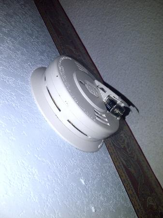 Days Inn Muskogee: battery pulled from smoke alarm