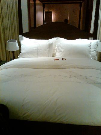 """Leaves Lodge & Spa: Bed in the room I stayed, see the """"leaves"""" on the bed, nice touch"""