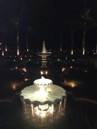 Four Seasons Resort Maui at Wailea: Fountains at night.