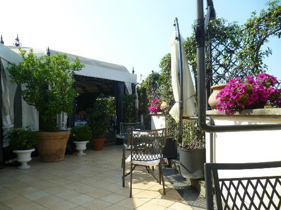 Isa Hotel: Terraza. Vistas maravillosas.