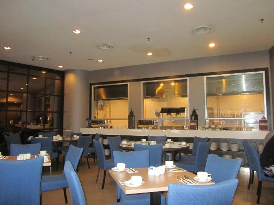 Furama Bukit Bintang: The Dining at restaurant (tables)