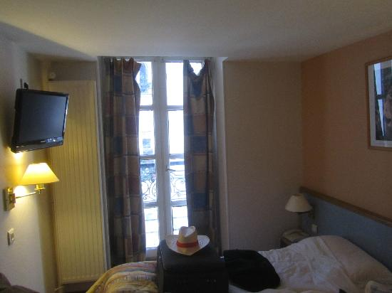 Timhotel Montmartre: Nasty bedroom 12 with window that didn't shut, rundown,awful