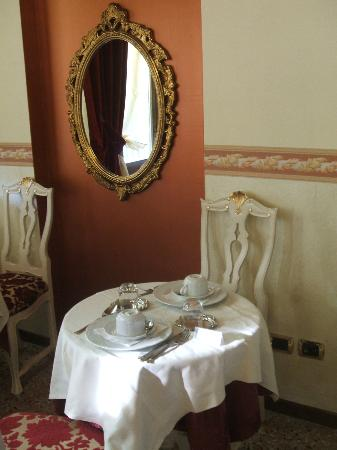 Hotel Villa Gasparini: Even a lonely croissant looks excellent on that table