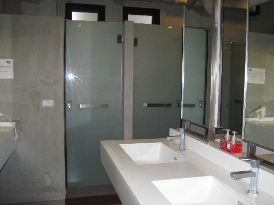 Lub d Bangkok Siam: The shared bathroom on 4th floor