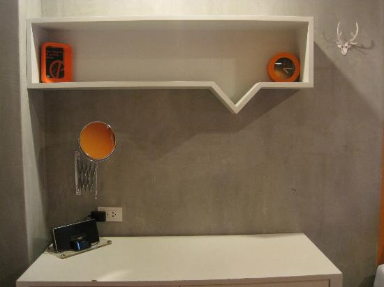 Lub d Bangkok - Siam Square: Desk and shelf