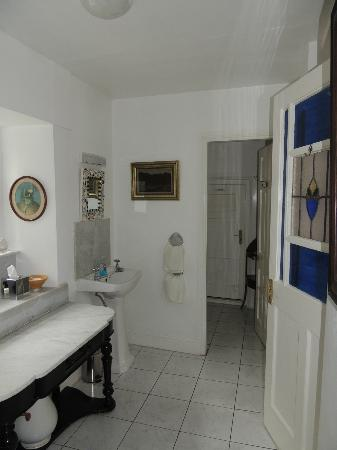 The Quay House: Bathroom of the Mirror Room is very spacious