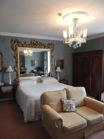 The Quay House: The Mirror Room is spacious and has a great view