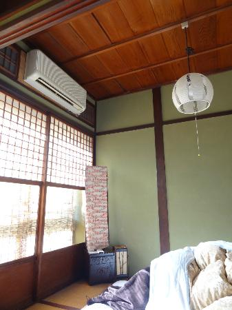 Guest house Rakuza: The mirror, the aircon and the lamp.