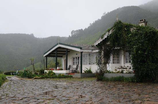 Red Hill Nature Resort: A view of the main bungalow with the mountain in the background
