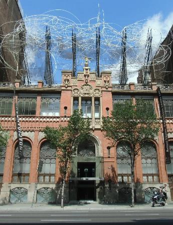 Fundacio Antoni Tapies: 建物上部にある針金のオブジェが目印