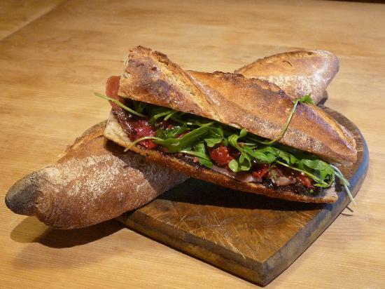 Les Maitres de Mon Moulin: un sandwich MMM : roquette + tomates confites + jambon de pays + tapenade maison
