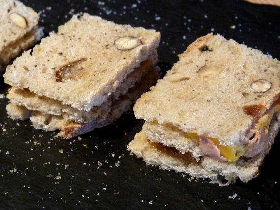 Les Maitres de Mon Moulin: sandwiches club : pain miel & fruits secs + confit de figues & oignons + foie gras maison