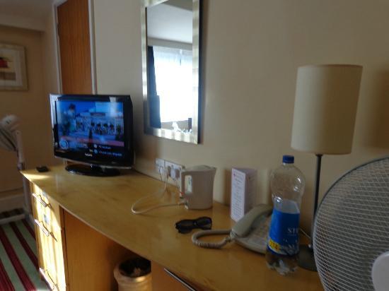 Ramada Dover: TV AND KETTLE AREA