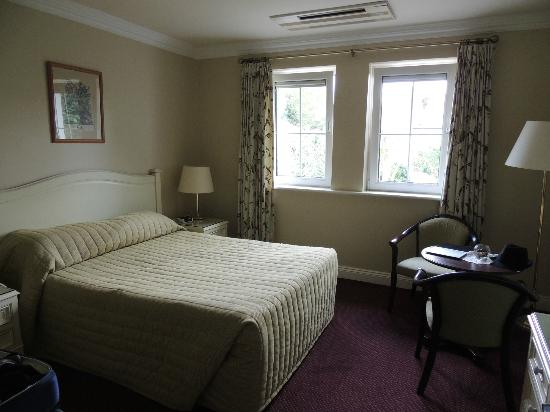 Killarney Lodge : This room also had a twin bed in it.