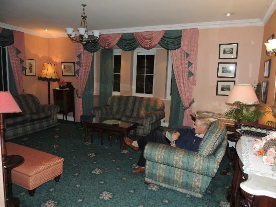 Killarney Lodge: Cozy parlor to hang out in, meet new friends, have a cuppa tea