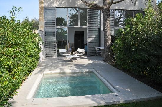 bassin et facade chambre picture of hotel sezz saint tropez saint tropez tripadvisor. Black Bedroom Furniture Sets. Home Design Ideas