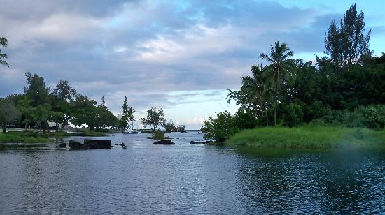 Hilo Seaside Hotel: View from the front of the hotel at the lagoon and bay