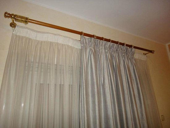 Delphi Palace: The curtain is narrower than the window? How can I cover it?