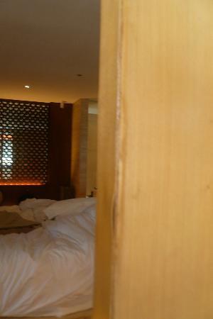 Anantara Seminyak Bali Resort: Peeling along door edge