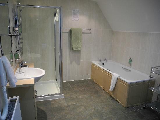 The Lovat, Loch Ness: Superbe salle de bains avec douche et baignoire