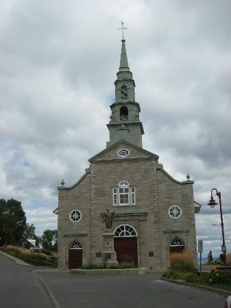 Chemin Royal (Royal Road) : Church along the river