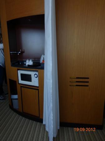 Novotel Suites Calais Coquelles Tunnel sous La Manche: Hospitality area, fridge, micro, kettle