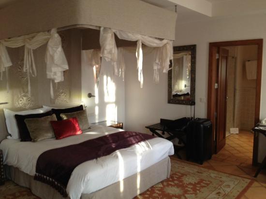 Hôtel Tiara Yaktsa Côte d'Azur : Chambre spacieuse, propre et décorée avec goût