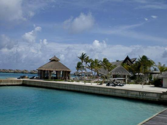 Jumeirah Vittaveli: View of Bar EE from Fennesse