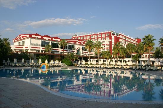 PGS Kiris Resort: Вид на бассейн и главное здание
