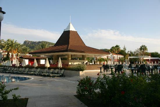 PGS Hotels Kiris Resort: Бар около бассейна