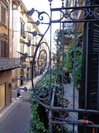 Bed & Breakfast alle Erbe: street fronting balcony