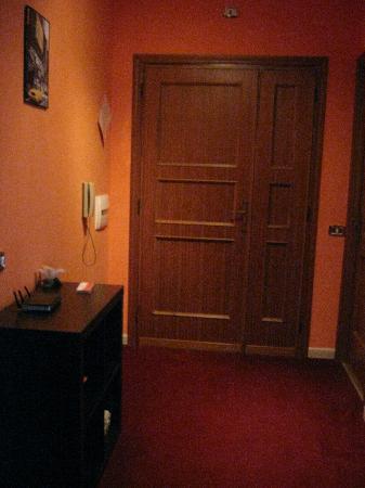 Il B&B: Ingresso. A sinistra della foto si trova la porta della cucina, a destra invece una camera singo