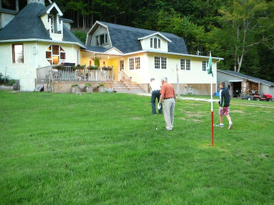 Big Intervale Fishing Lodge: Golf in the grounds