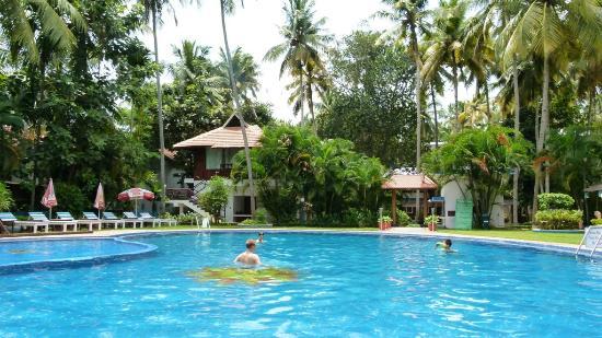 อัคฮิล บีช รีสอร์ท: Pool and Kerala-Style House