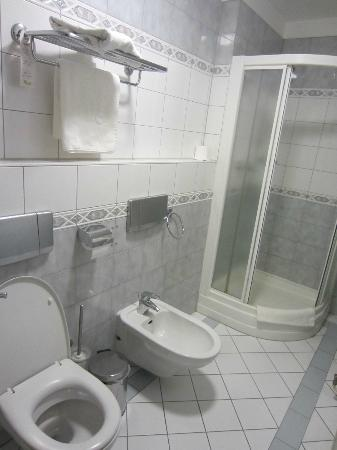 Qubus Hotel Wroclaw: de badkamer loopt over de lengte van de kamer en is 1,5 meter breed.